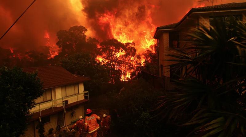 Fires threaten homes in Umina on the state's Central Coast this month. Photo: WAToday / NICK MOIR