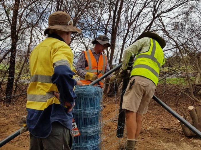 Volunteers have been rebuilding fence lines in the NSW Riverina Highlands. (Supplied)