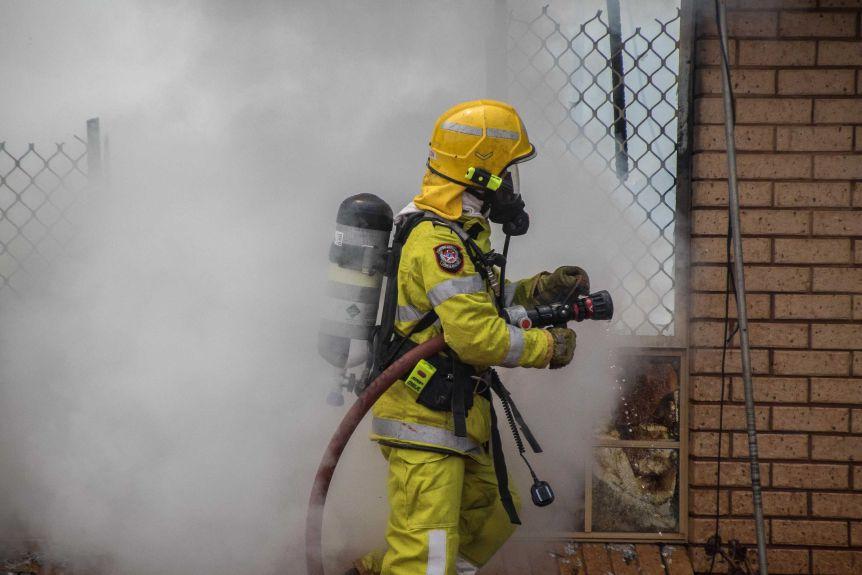 Firefighters at a house fire in Kalgoorlie-Boulder.(ABC Goldfields-Esperance: Jarrod Lucas)