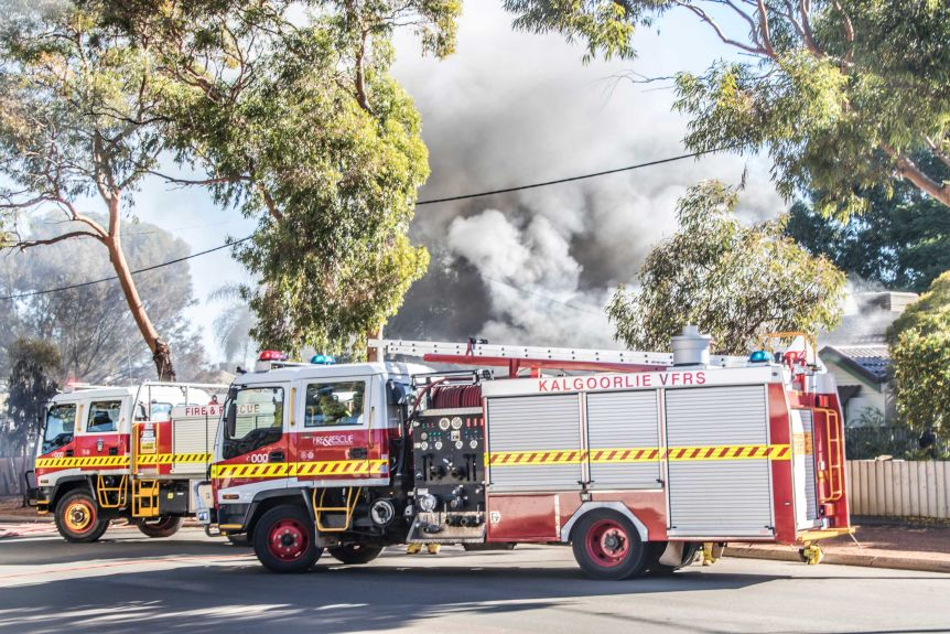 Volunteer and career firefighters working together at a house fire in Kalgoorlie-Boulder.(ABC Goldfields-Esperance: Jarrod Lucas)