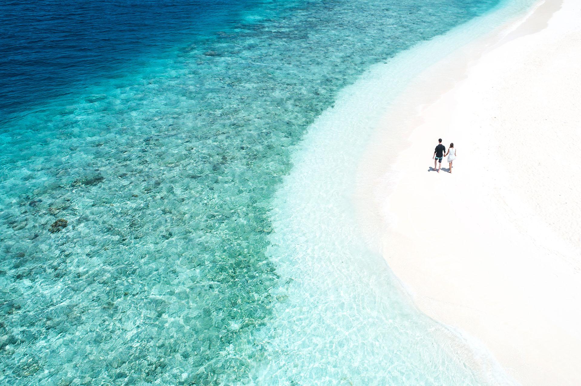 Embudu-Village-couple-walking-on-beach