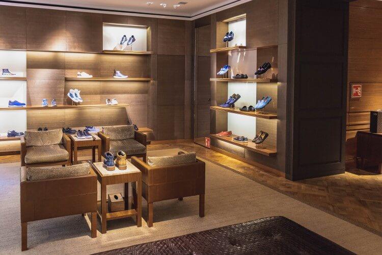 Interior de uma loja de calçados.