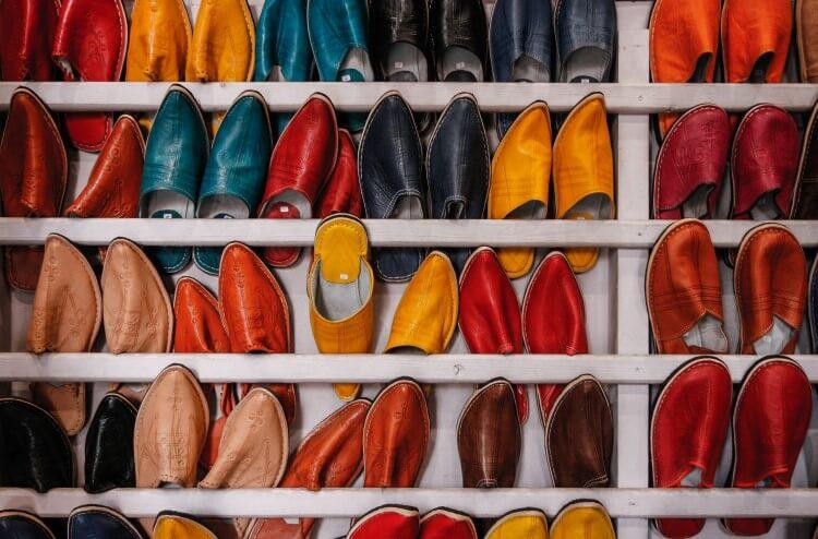 Muitos calçados armazenados em uma estante.