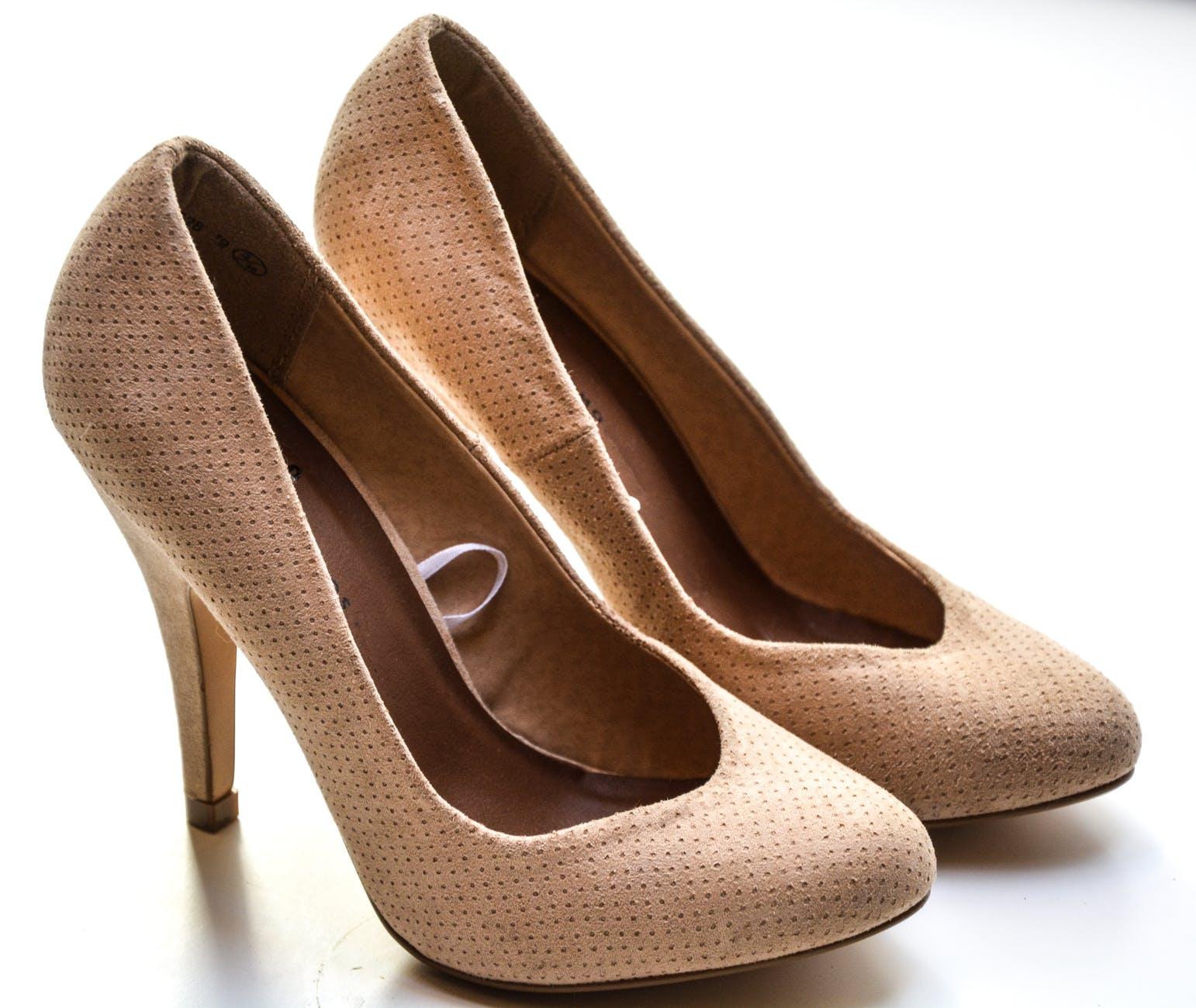 Calçado de qualidade feminino de salto mostrando um solado.