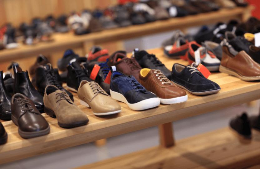 Sapatos casuais em loja de calçados.