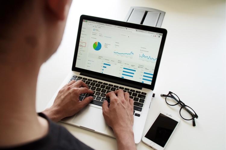 Pessoa realizando uma análise de dados digitais.