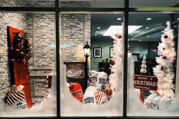 Vitrine de loja com decoração de Natal.