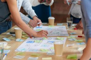 Equipe de trabalho reunida em um brainstorming para reunir ideias de ações para o Dia das Mães.
