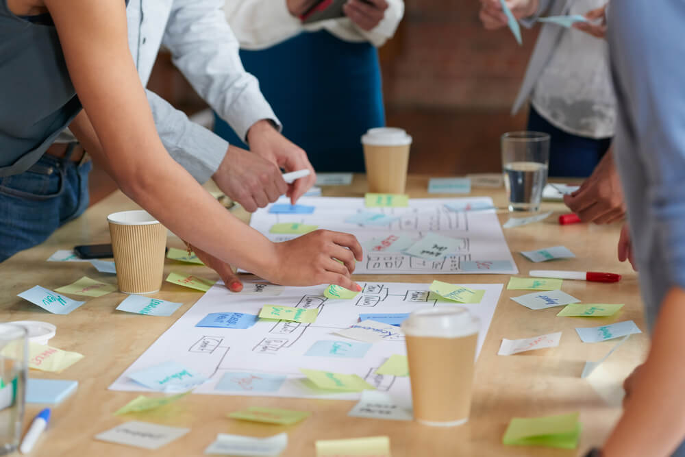 Equipe de trabalho reunida em um brainstorming para reunir ideias para vendas de Natal.