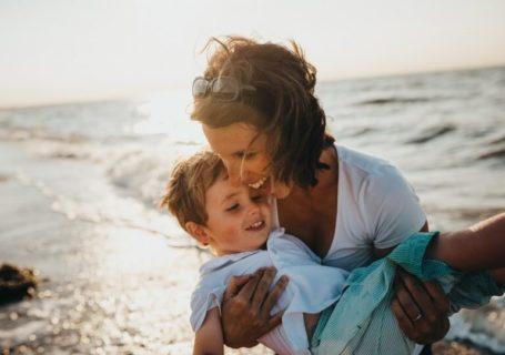 Mulher e criança sorrindo.
