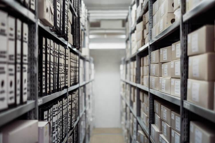 Estoque de loja de calçados organizado para auxiliar nas ideias para o Dia das Mães no comércio.