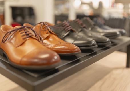 Display de sapatos masculinos.
