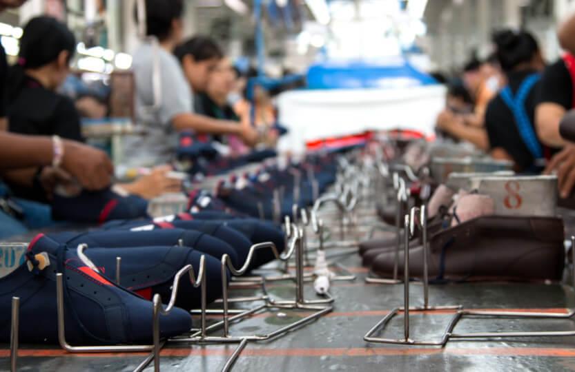 Linha de produção de uma fábrica de calçados.