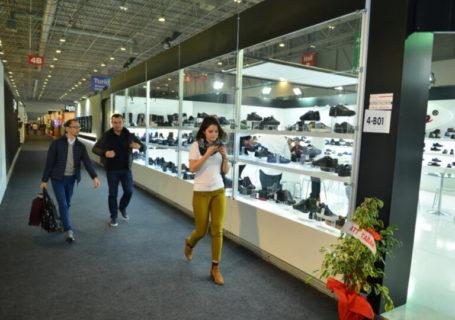 Corredor de uma feira de calçados para lojistas.