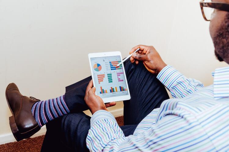 Pessoa utilizando tablet com software de gestão.