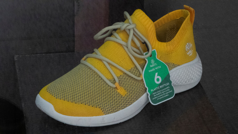 Tênis feito completamente com tecidos sustentáveis.