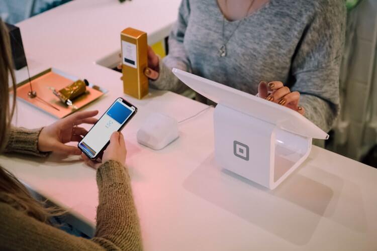 Processo de venda automatizado com o uso de um smartphone.