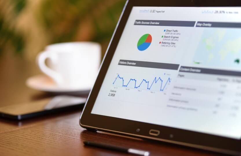Tablet com relatórios de um software de gestão.