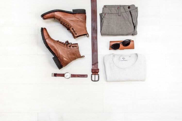 Mix de produtos à mostra: calçados, acessórios e roupas.