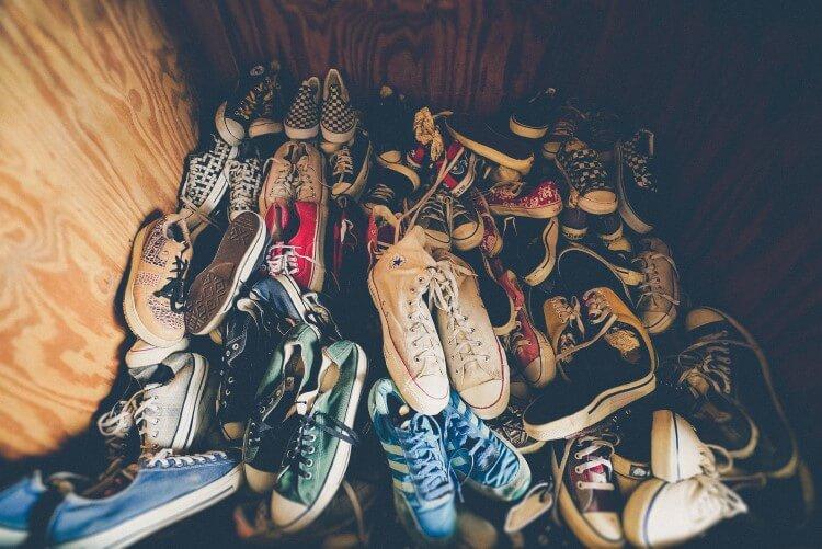 Pilha de sapatos desorganizados.