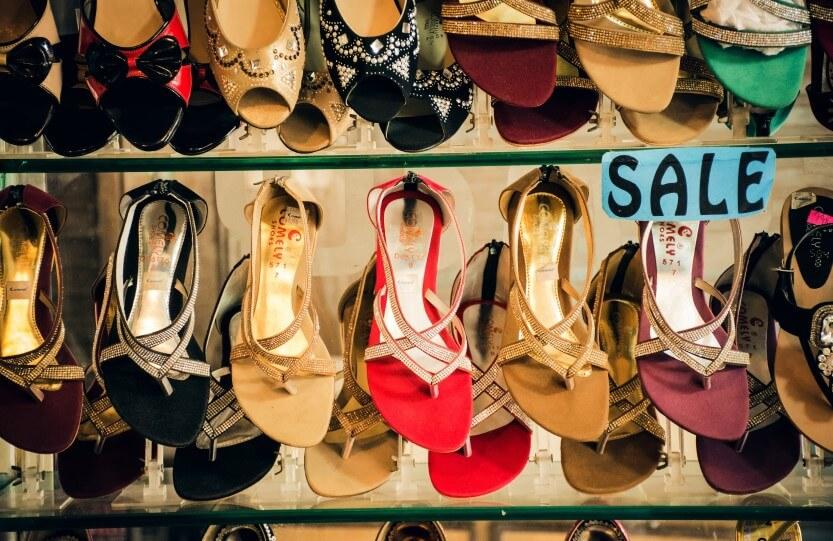 Várias prateleiras de calçados.
