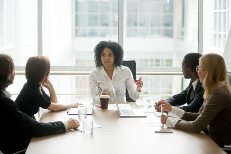 Reunião estratégica de uma equipe de trabalho.