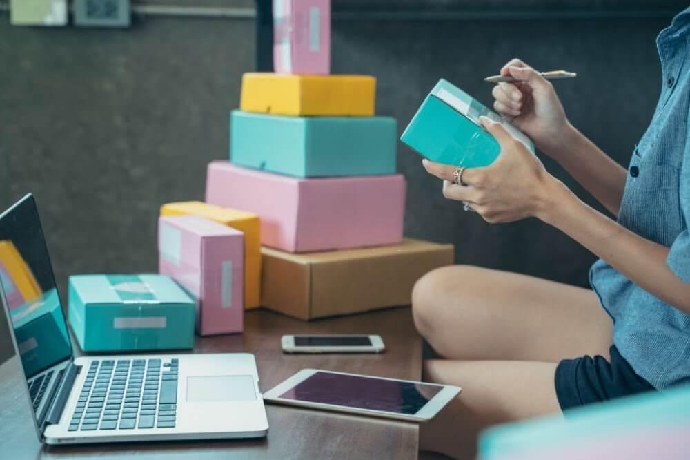 mulher-etiquetando-produtos-para-vender-no-marketplace