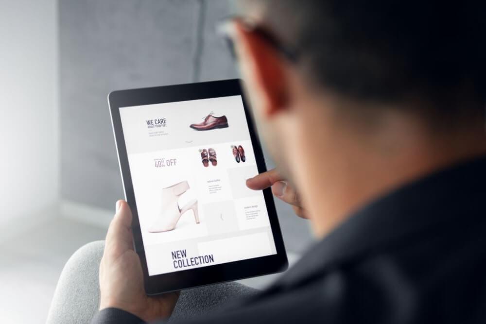 homem-escolhendo-produtos-para-vender-no-marketplace