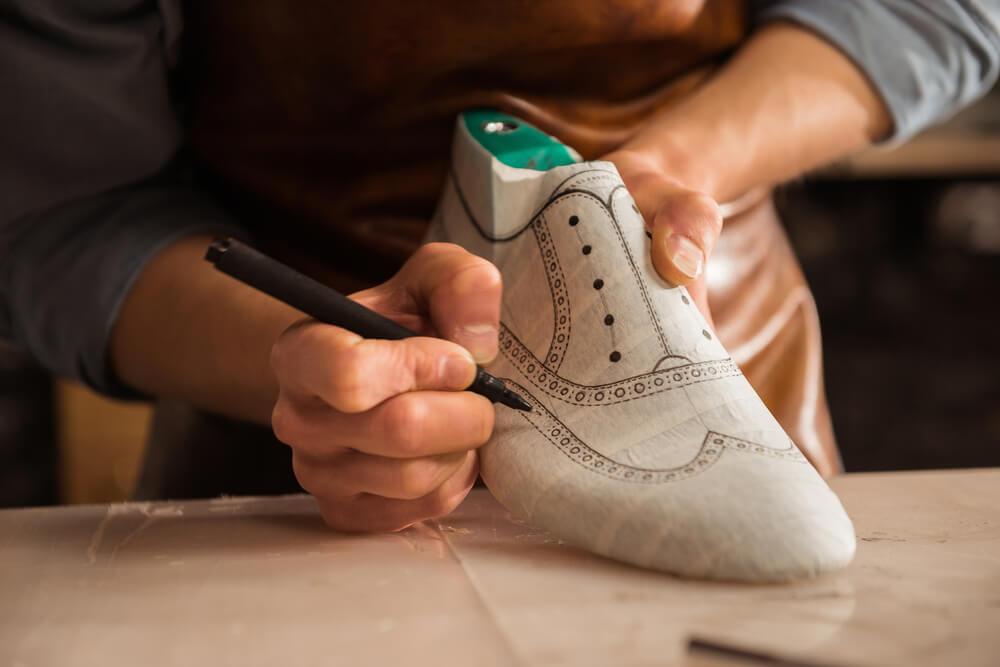 Calçado sendo moldado em um dos processos de fabricação de calçado.