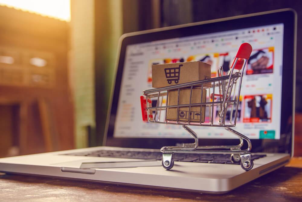 Imagem em cima do computador fazendo uma alusão a como começar a vender calçados pela internet.