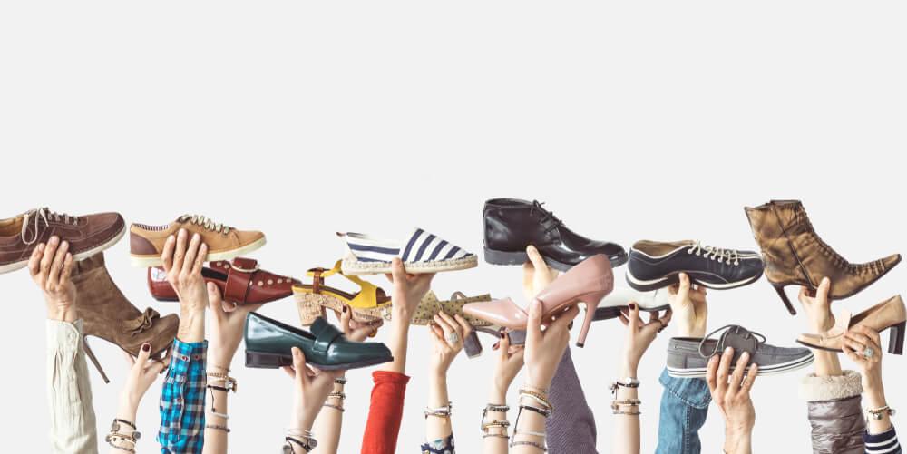 Variedade de calçados que podem ser encontrados na loja pequena de calçados.