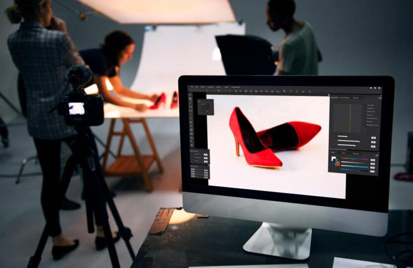 Pessoas descobrindo como fotografar calçados com fundo infinito.