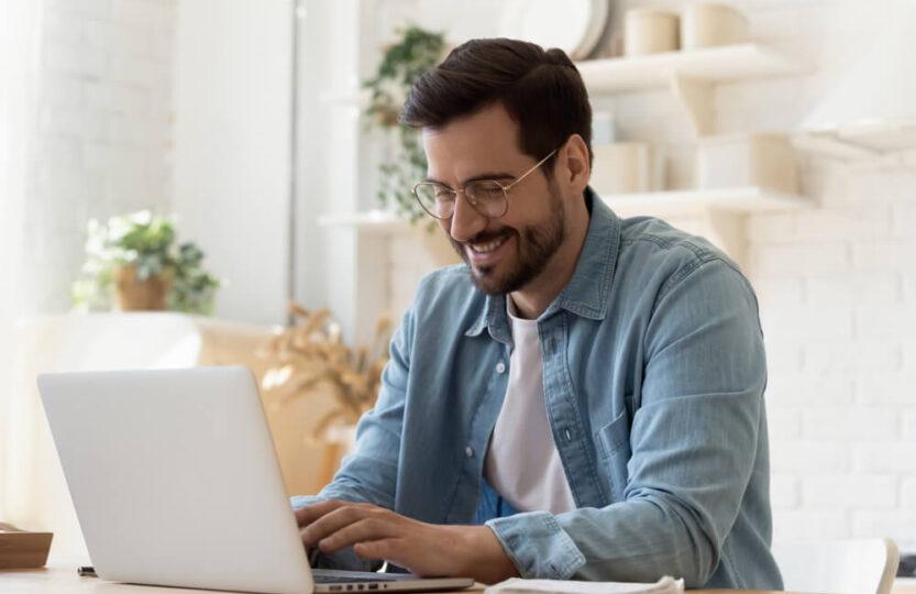 Homem fazendo curso para vendedor online no notebook.