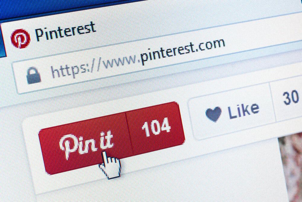 Pessoa clicando no botão de salvar a foto no Pinterest.