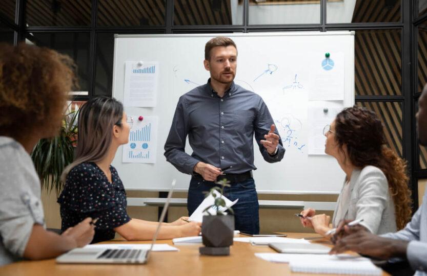 Líder realizando reunião com a equipe para falar sobre o plano de carreira para vendedor.