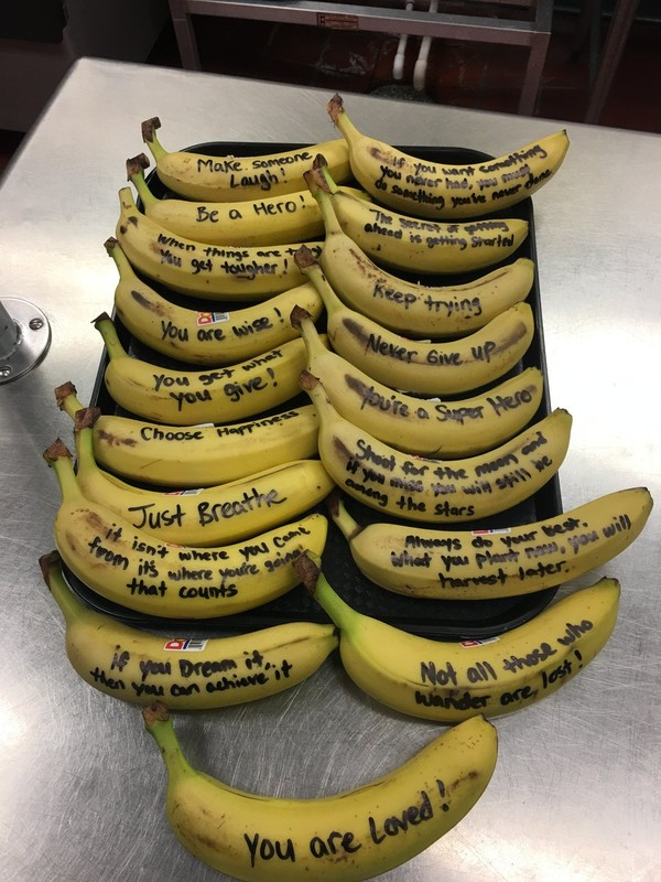 Refeitório Dos Eua Distribui Bananas Com Frases De Incentivo