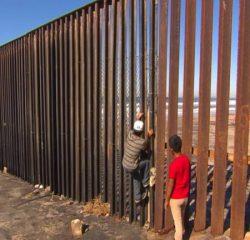 Polícia mexicana trava caravana de 2.000 pessoas que queriam chegar aos EUA