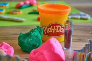 play doh 3308885 1920 1 300x200 - Mães no Canadá: Brincadeiras para divertir os pequenos no verão canadense 🍁
