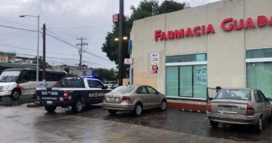 Asaltan con violencia farmacia en Carrillo