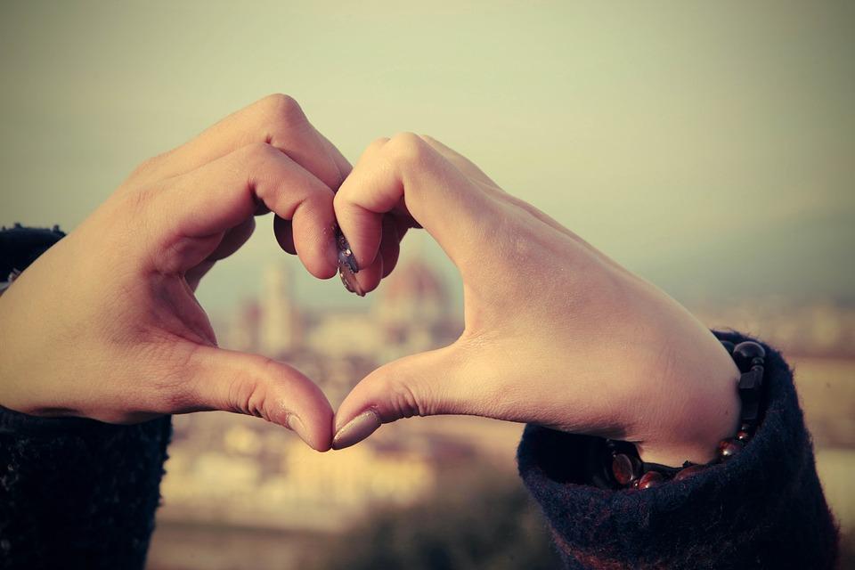 Mãos formando coração. Sol em Libra com Ascendente em Gêmeos