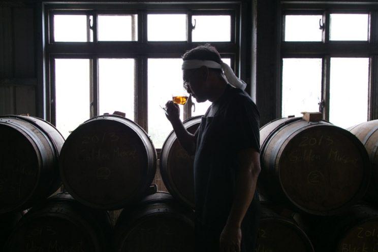 """很多專業的威士忌老饕嚐過這種黑科技""""威士忌""""之後,也很少能分辨出它同陳釀了多年威士忌的區別。"""
