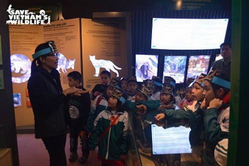 Inside the new Education Centre with children from Cuc Phuong Primary School - Photo: Save Vietnam's Wildlife