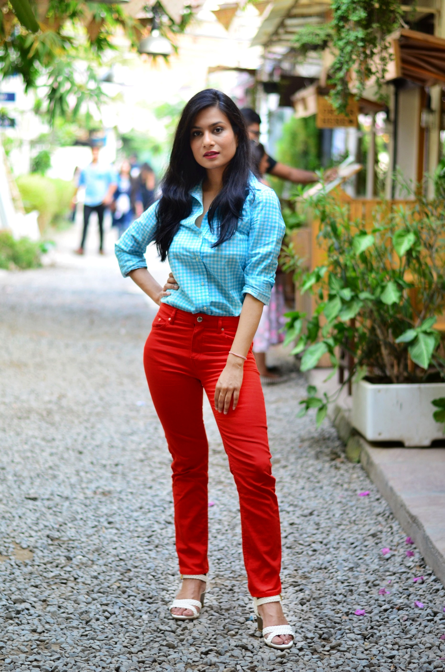 weekend-look-neon-orange-pants-light-blue-jeans-white-wedges