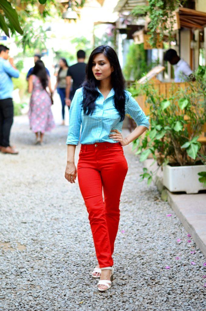 weekend-look-neon-orange-pants-light-blue-shirt-white-wedges