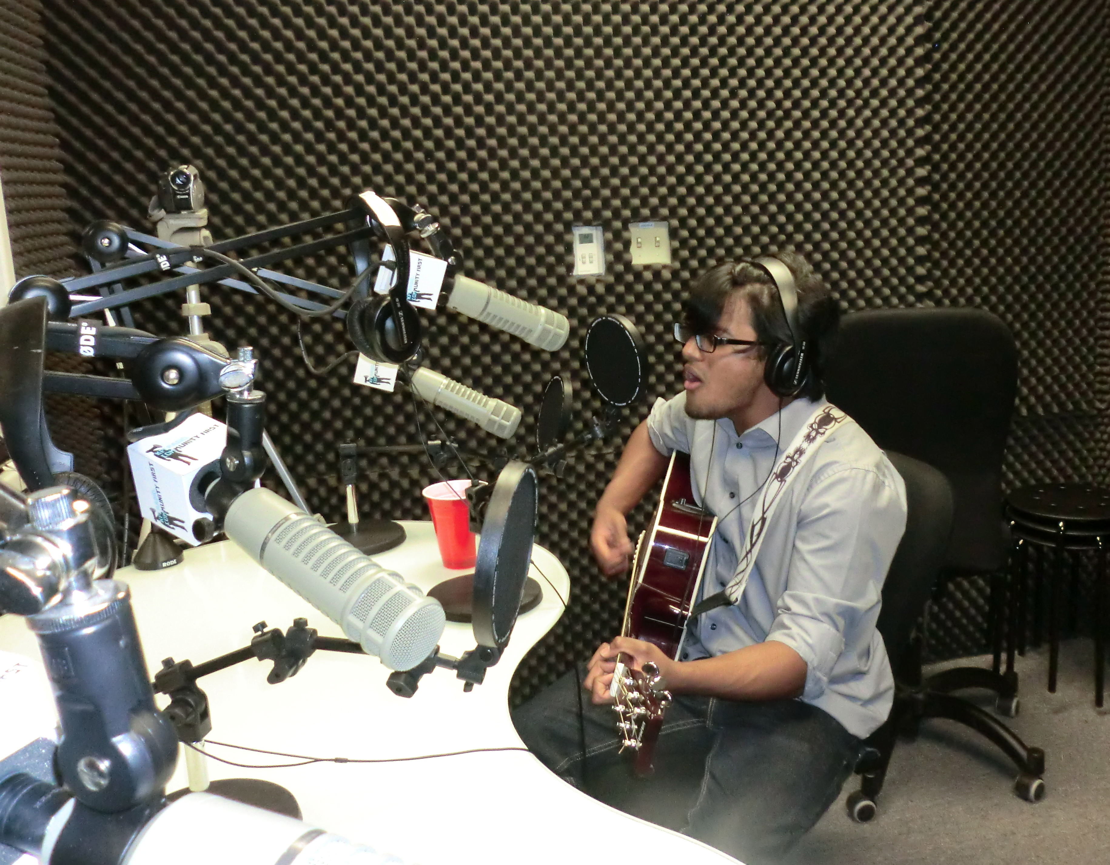 Listen: Encuentro Latino – Acoustic Afternoon with David Durrani