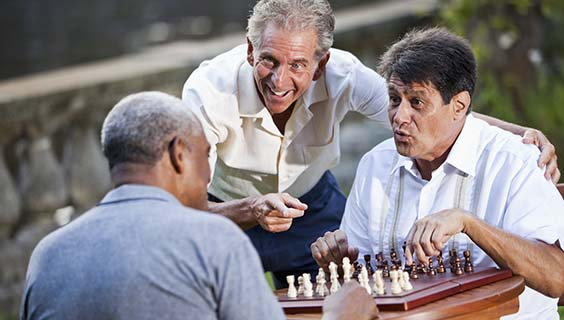 Men playing chess - How the Aging Brain Affect Thinking