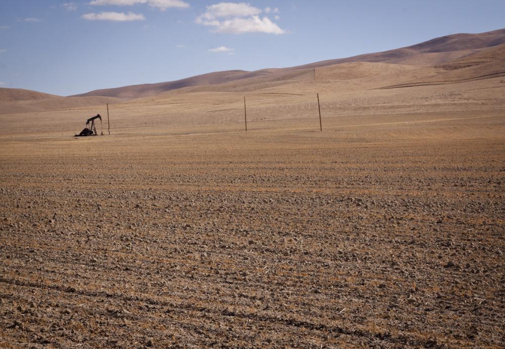 Lone Oil Derreick on the Temblor Range 20 miles before reaching the Carrizo Plain. Photo: Lisa Richardson