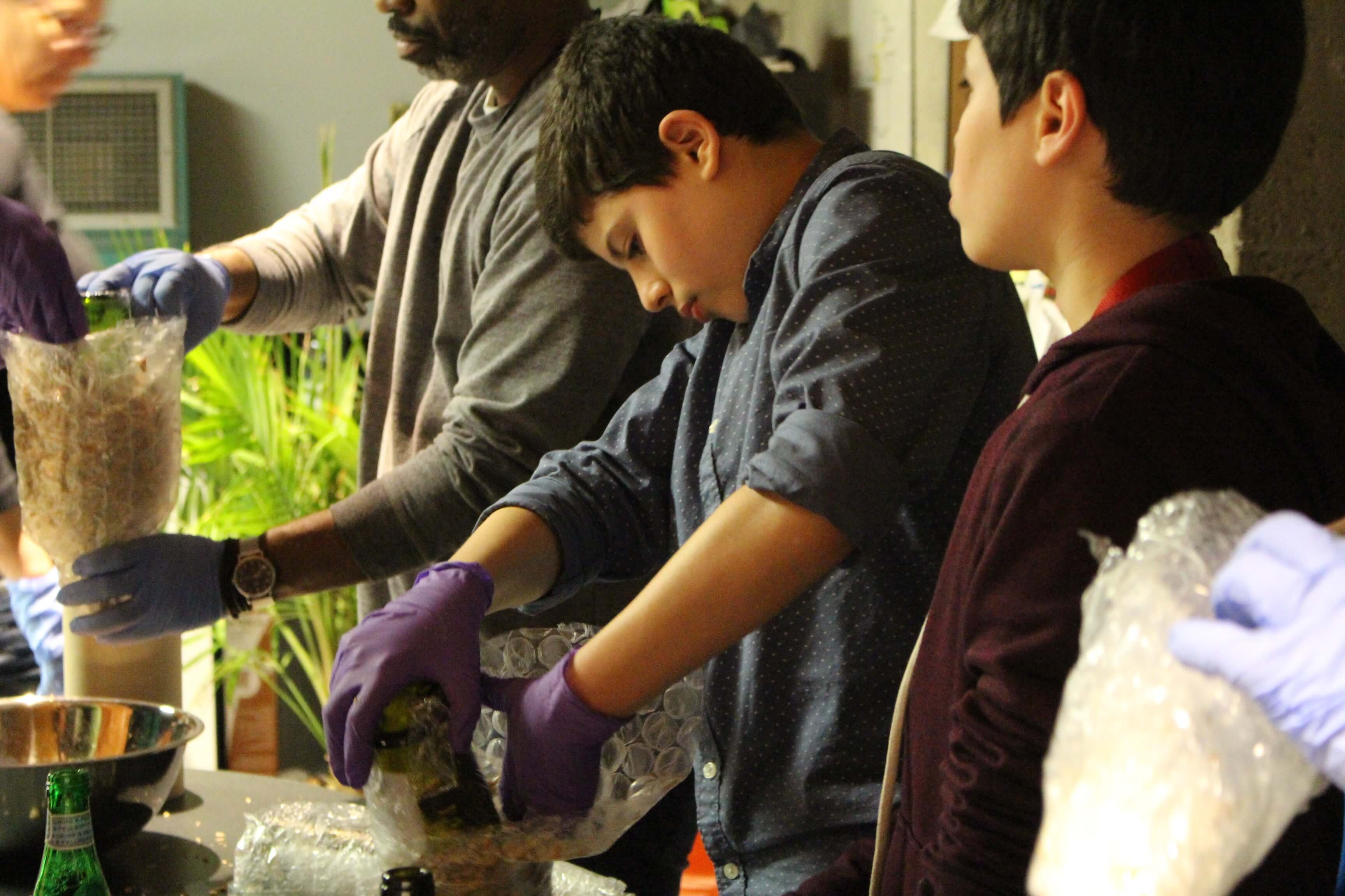 Youth from Maison des Jeunes Côte-des-Neiges creating molds