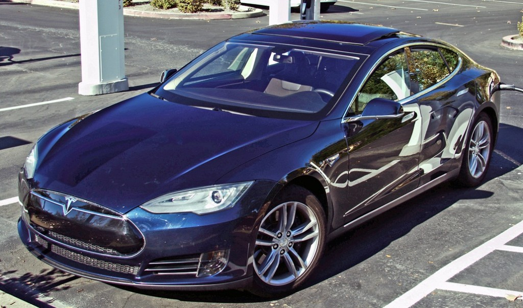 Tesla_Model_S_charging_Folsom_CA_trimmed