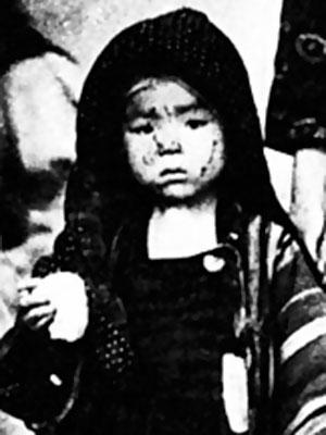Hiroshima survivor with rice ball. Photo: Yosuki Yamahata